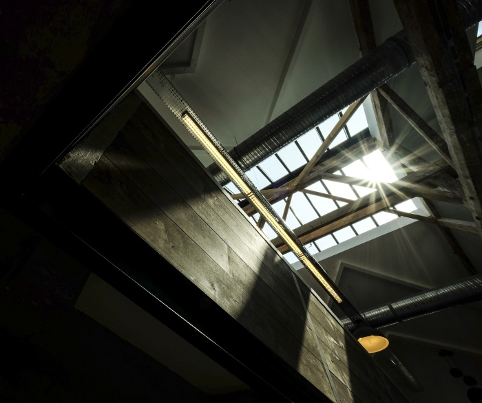 Aménagent du nouveau siège social d'une agence de Design Global : escalier sous verrière