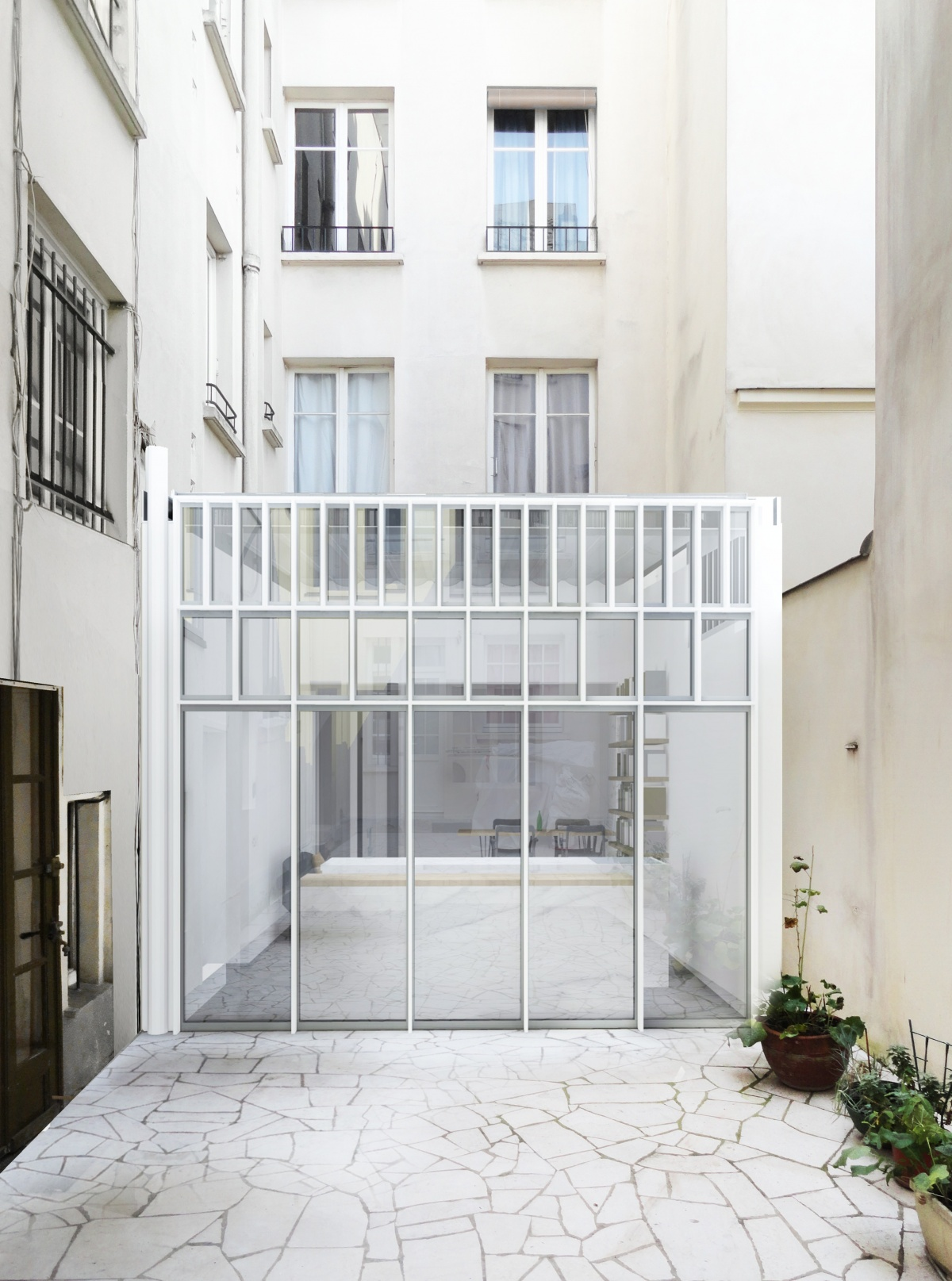 Extension et rénovation d'un appartement sur une cour d'immeuble : 5 Vue exte?rieur 1 couleur